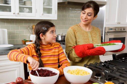 4-Mama-cocinando-con-hija-jpg_202320